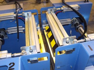 Double unwinder for rubber and rubberized product - automatic overlapping splice