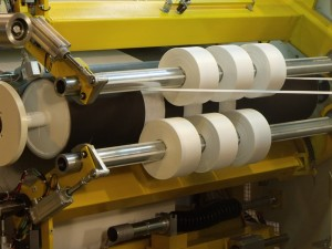 Center surface slitter rewinder for sensitive products - up to 200 mpm
